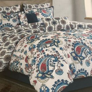 Other - BNWT Queen 8 pieces reversible comforter set